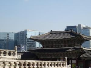 Gyeongbokgung Palast und im Hintergrund das Hauptquartier von Microsoft